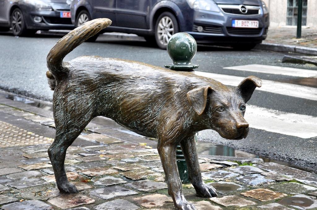 pissing statues brussels, manneken pis, belgium, pissing in public, peeing boy, peeing girl, peeing dog
