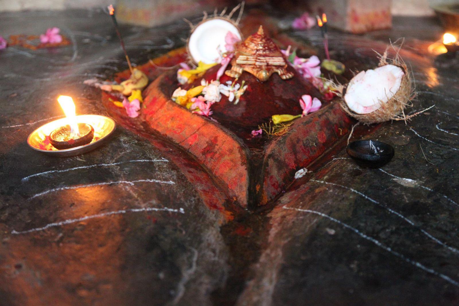 kamakhya temple history in hindi, kamakhya temple video, mystery, kamakhya temple menstruating goddess, kamakhya temple timings, how to reach kamakhya temple, india, weird, history, mythology, secrets of india, kamakhya, goddess of desire, bleeding devi, temple, hindu gods, hinduism