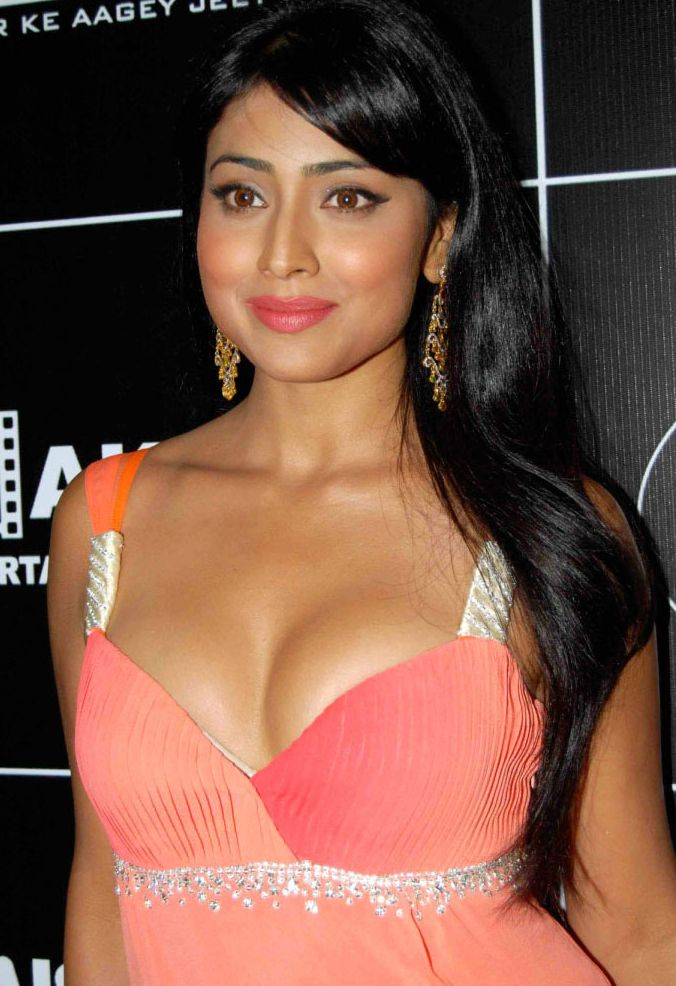 Shriya-Saran-hot-navel-and-cleavage-show-pics-photos-4