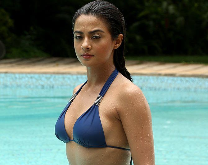 Surveen Chawla Hot photo (11)