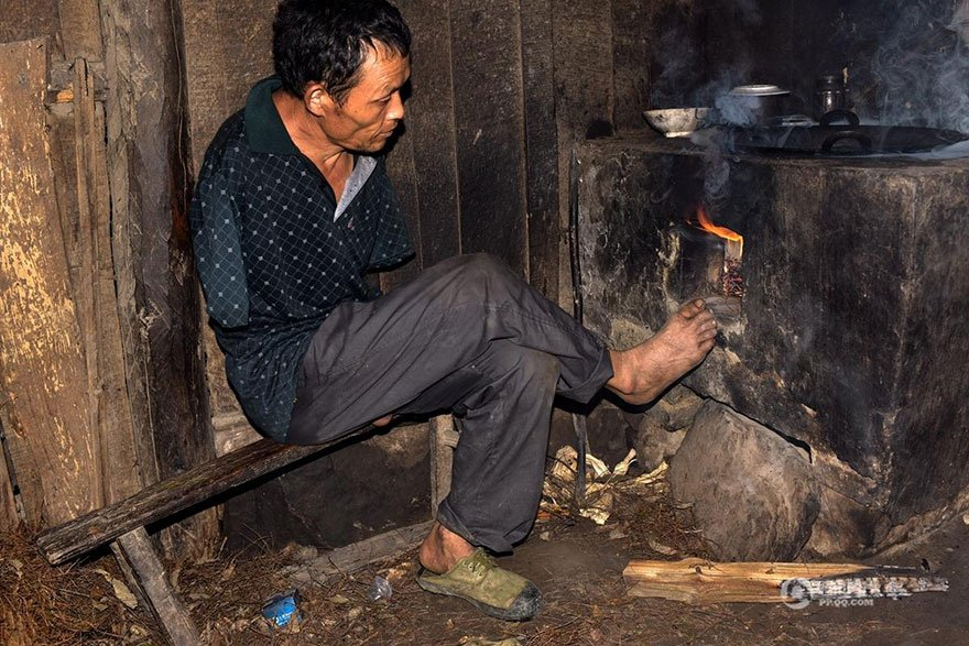 chen, chen xinyin, lost arms, man, feed, sick mother, teeth, son, man with no arms, son with no arms, paralyzed mother, 91-year-old mother, motivational, inspirational, cooking with feet, south west China