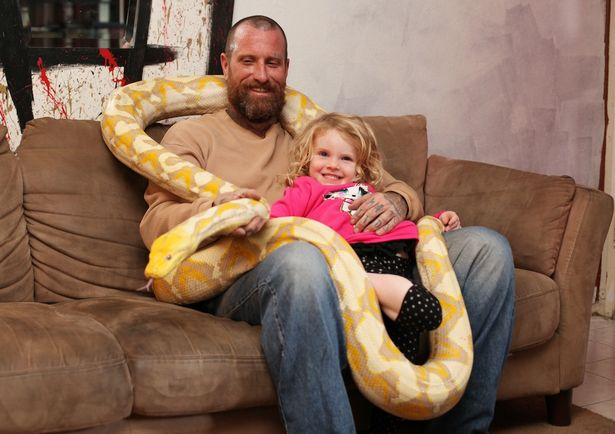 eric leblanc, eric leblanc photo, america, children with snake, kids with python, kids with lizard, animals home, reptile lovers, california, dangerous pet, children playing with snakes, play with python, weird family, amazing, coolest dad