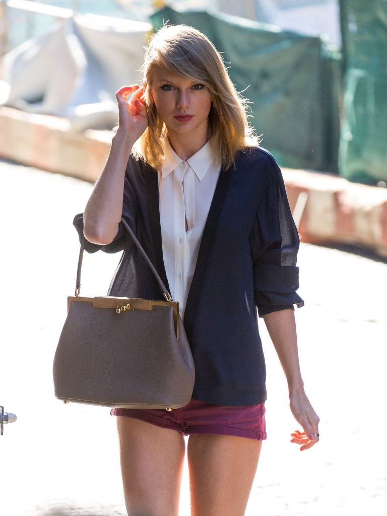 15 Sensual Photo S Of Taylor Swift Singing Sensation