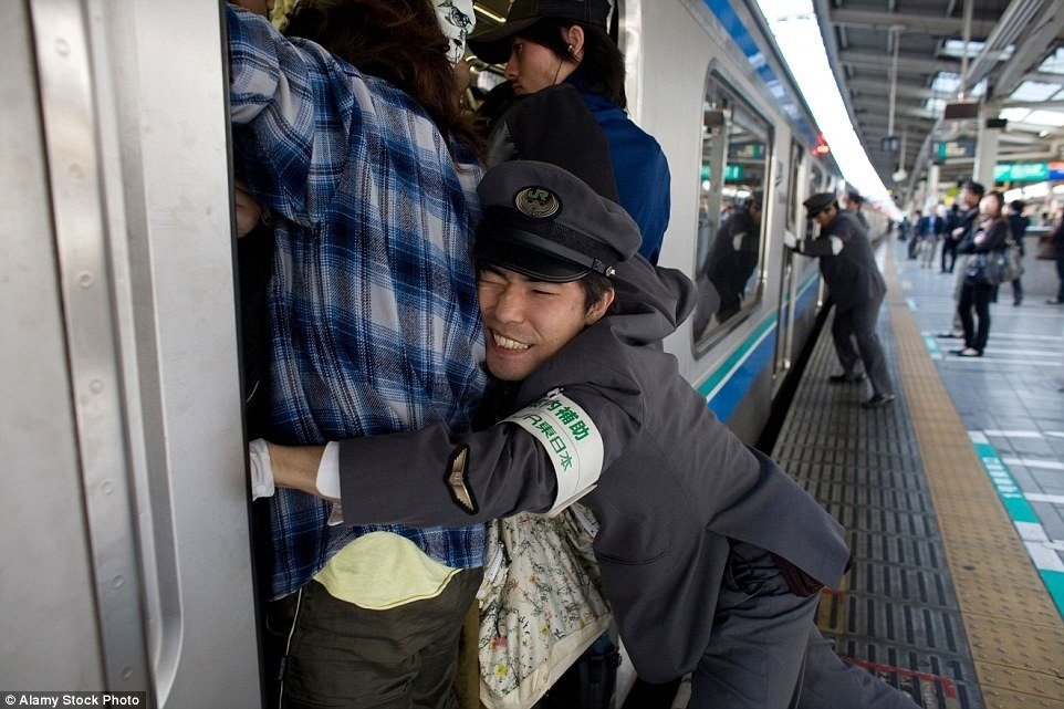 Japanese-Train-Pusher-Oshiya-Subway-crazy-photo-video-9.jpg (962×641)
