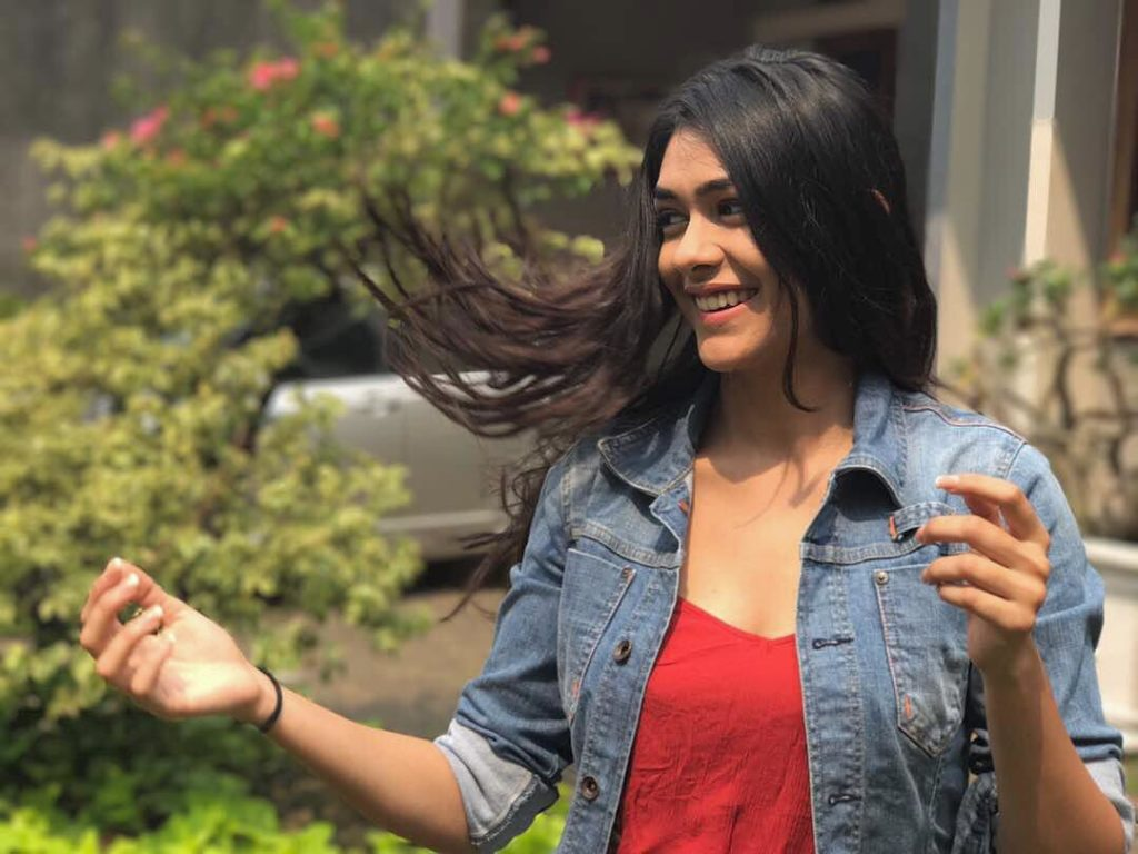 Mrunal Thakur Age, Boyfriend, Marriage, Parents, Family ...